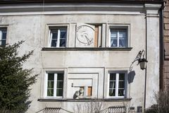Meridiana antica sulla parete esterna di costruzione a Varsavia Immagini Stock Libere da Diritti
