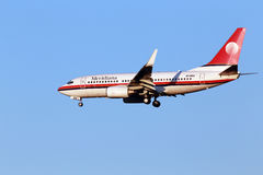 Meridiana Boeing 737-700 flygplan på bakgrunden för blå himmel Fotografering för Bildbyråer