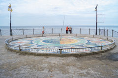 Meridiana del mosaico al piede delle scale sul sentiero costiero Immagine Stock