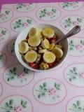 Merienda sana. Un bol de fresas con platano, cereales, yogur y miel Royalty Free Stock Photography