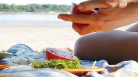 Meriendan en el campo en una playa del río - la mozzarella y el tomate 4k del corte almacen de metraje de vídeo