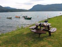Meriende en el campo por el lago - tomar un resto fotos de archivo libres de regalías