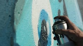 Merihaka, Helsinki Finlandia - mayo de 2018: Artista Paint Spraying de la pintada la pared, calle urbana Art Concept del aire lib almacen de video
