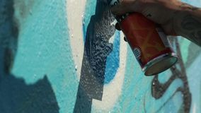 Merihaka, Helsinki Finlandia - mayo de 2018: Artista Paint Spraying de la pintada la pared, calle urbana Art Concept del aire lib metrajes