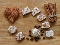 Meringa, biscotti dei cuori della cannella e bastoni e struttura di legno di delizia turca fotografie stock libere da diritti