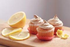 Meringa dei muffin con calce fotografie stock