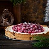Meringa del mirtillo rosso con formaggio cremoso per la tavola del nuovo anno fotografie stock libere da diritti