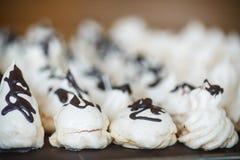 Meringa dolce classica con cioccolato Fotografia Stock Libera da Diritti