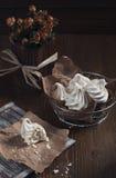 Meringa tagliata bianca e rose asciutte Immagine Stock