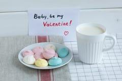 Meringe mit Milch an Valentinsgruß ` s Tag Stockfoto