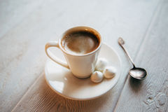 Meringe und Kaffee lizenzfreies stockbild