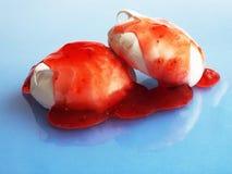 Meringen mit Erdbeermarmelade lizenzfreies stockfoto