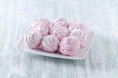 Meringhe adorabili della rosa del pastello, zefiri, caramelle gommosa e molle sulla tavola d'annata di legno Fotografie Stock Libere da Diritti
