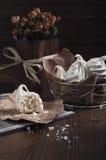 Meringhe bianche e rose asciutte Fotografie Stock Libere da Diritti