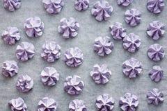 Meringhe porpora, biscotti croccanti della meringa dolce fatti dalle chiare dell'uovo e zucchero fotografie stock