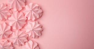 Meringhe rosa su un fondo rosa delicato immagine stock