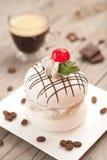 Meringue avec le crème à café Image stock