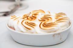 Meringue brunie sur l'Alaska cuit au four Image stock