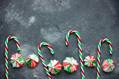 Meringue de menthe poivrée - meringues blanches rouges vertes faites maison avec le goût de menthe poivrée, les festins de Noël t photos stock
