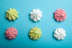 Meringue multicolore sur un fond bleu Une image de fête d'une vue supérieure de dessert image stock