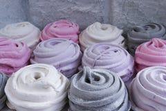 meringues avec la nourriture douce de dessert de zéphyr de fleurs photos stock