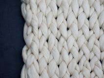 Merinoswol met de hand gemaakt gebreid groot algemeen, super ruig garen, in concept Close-up van gebreide algemene, merinoswolach royalty-vrije stock foto's