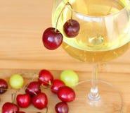 Merises rouges et vin sec blanc Photographie stock