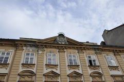 Merk bovenop de Historische Bouw van Bratislava in Slowakije royalty-vrije stock foto