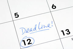 Merk de uiterste termijn op de kalender Stock Foto's