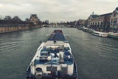 Merkantil bark på Seine River i Paris royaltyfria bilder