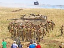 Merkava behållare och israeliska soldater, i utbildning av bepansrade styrkor Arkivfoto