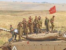 Merkava behållare och israeliska soldater, i utbildning av bepansrade styrkor Arkivfoton