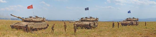 Merkava behållare och israeliska soldater, i utbildning av bepansrade styrkor Arkivbilder