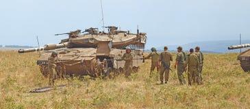 Merkava behållare och israeliska soldater, i utbildning av bepansrade styrkor Royaltyfri Fotografi