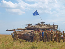 Merkava zbiorniki i Izraeliccy żołnierze w trenować opancerzone siły Zdjęcia Stock