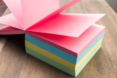 Merken Sie den Block, der an einer rosa Seite geöffnet ist Lizenzfreie Stockfotografie