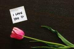 Merken Sie ` ich liebe dich ` mit einem Herzen und einer Tulpe Lizenzfreies Stockfoto