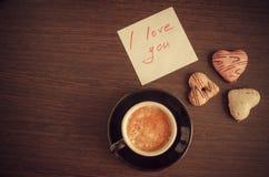 Merken Sie ich liebe dich mit Tasse Kaffee und Plätzchen Stockbild
