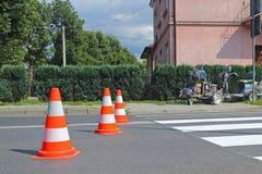 Merkend met verkeersteken een nieuwe gekleurde voetgangersoversteekplaats Beperking van verkeer door verkeersteken Een machine vo stock afbeelding