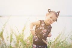 Merkmal des süßen und netten asiatischen Kindes mit Tür des Haarzopfs heraus stockfotos