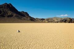 Merkmal des trockenen Sees mit Segelnsteinen stockfotografie