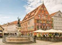 Merkur springbrunn och Weberhaus i Augsburg Royaltyfri Foto