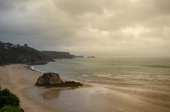 Merkwürdige Beleuchtung über Tenby-Strand, ankommender Regen Lizenzfreie Stockfotografie