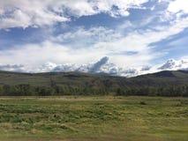 Merkwürdige geformte Wolken auf einer Wildnis schleppen Wanderung Stockfotografie