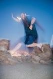 Merkwürdige Person, die in die Nacht springt stockfotografie