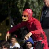 Merkwürdige rote Klage für einen städtischen Tänzer Stockfotos