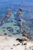 Merkwürdige, schöne Felsenanordnungen im flachen Meer stockbild