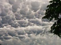 Merkwürdige schauende Wolken Lizenzfreie Stockfotos