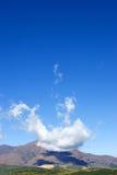 Merkwürdige und eindeutige Wolkenanordnungen über großem Berg Lizenzfreie Stockfotografie