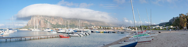Merkwürdige Wolke über dem Seehafen Stockfoto